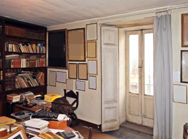 10) Studio biblioteca al piano ammezzato con vista sulla via principale