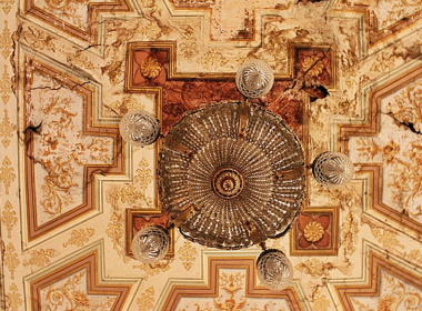 18) Dettaglio con lampadario del soffitto affrescato del piano nobile