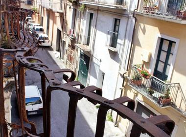 20) Affaccio del salone sulla via principale