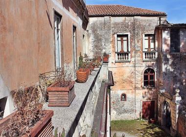 23) Terrazzo del soggiorno con affaccio sulla corte con giardino