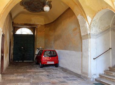 26) Androne di ingresso del Palazzo nobiliare