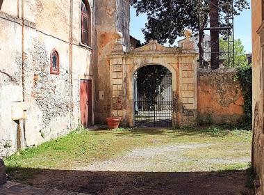 4) Viale di ingresso con vista sul giardino