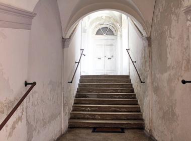 9) Scale di accesso al piano ammezzato