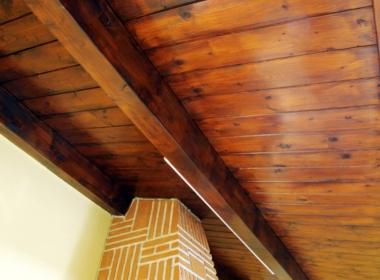 21) Robusta tettoia in legno