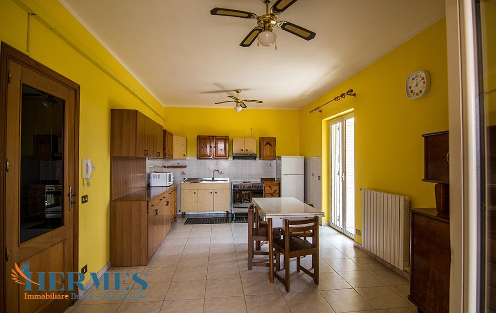 11. Piano 1 con luminosa cucina soggiorno